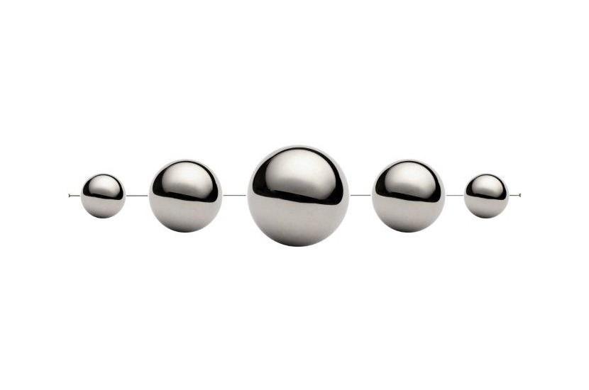 Kule dekoracyjne chromowane na lince ; średnica  15 cm; 10 cm ; 6 cm, długość  120 cm - sztuk 2