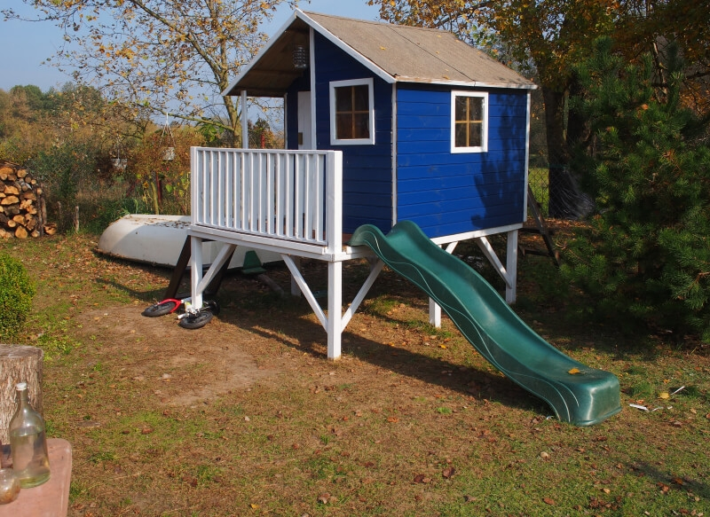 Drewniany domek ogrodowy dla dzieci - Jacek ze ślizgiem
